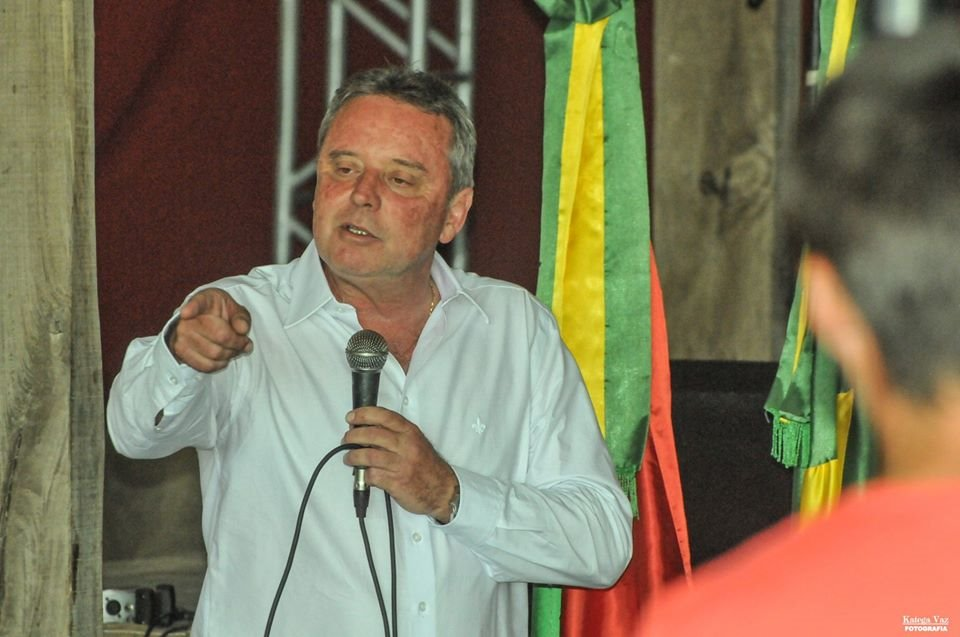Quem assume a Associação agora é o então Vice Presidente, prefeito de Santa Margarida do Sul, Luiz Felipe Brenner Machado.