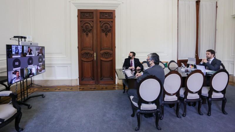 Governador Leite, secretário Marco Aurelio e subsecretário Ricardo Neves apresentaram textos finais a entidades empresariais - Foto: Felipe Dalla Valle / Palácio Piratini
